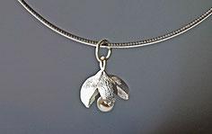 kleine Silberblüte mit Perle Schmuckanhänger