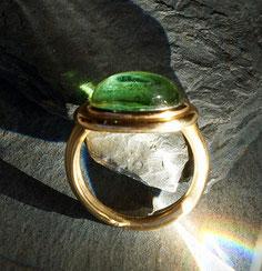 Goldring mit grünem Turmalincabochon