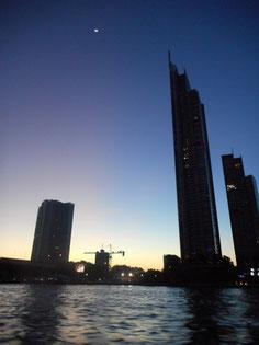 現地の人の交通手段である川下りの最中に見られる摩天楼