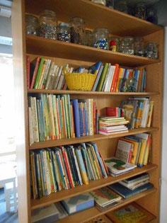 教室の目立つところに置かれている本棚