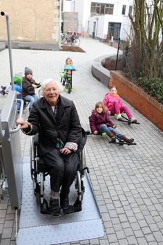 Helga Begere testet den neuen Rollstuhllift am Hintereingang des Alo-Cafés.(Foto: Fröhling)