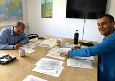 Ralf und Michael bei den letzten Vorbereitungen vor der Prüfung.