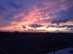 だいぶ日が短くなってきました。アパートからの夕日