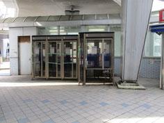 Yデッキ下の公衆電話ボックス