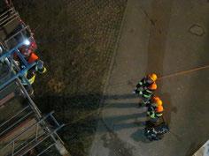 Der Vorsteiger (links) wird beim vertikalen Vorstieg durch die beiden Sicherungsmänner gegen Absturz gesichert