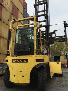 chariot porte-conteneur Hyster dans le port