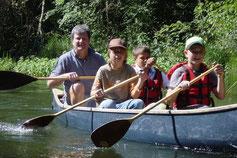 In jedem Kanu sitzen jeweils ein Betreuer und zwei bis drei Kinder.