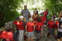 Bevor es in die Boote geht, bekommen alle Kinder neben Schwimmweste und Paddel auch eine Unterweisung über die Verhaltensregeln beim Kanufahren.