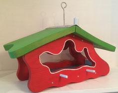 Futterhaus lackiert rot, Dach grün: Produktionsschule Wilhelmsburg, Charitymarket.de, fair und nachhaltig, handgearbeitet, Vogelhaus, Futterhilfe, Garten, Balkon, Vögel, Winter, Naturschutz