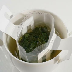 Organic tea in Kawane (Shizuoka prefecture) Taruwaki-en After about 90 seconds, move it up and down again and take it out, it is completion of the drip tea.