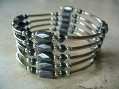 bijou magnétique avec des aimants et perles synthétiques gris foncé