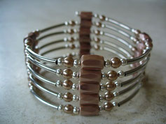 bijou magnétique avec aimants et perles synthétiques de couleur beige