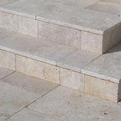 Iš travertino akmens pagaminti laiptai neslidūs ir gražiai atrodo viduje ir lauke