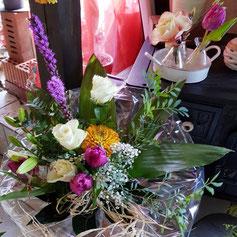 Bunte Blumen zum  Geburtstagsstrauß gebunden