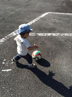 息子も連日、ボールで遊ぶ遊ぶ!   体力消耗させようと大人も必死(笑)