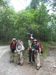 26日10:30出発 最初は、広い林道をゆく