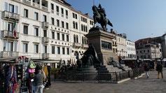 Nach der Ankunft begrüßt uns das Monument von Victor Emanuel II