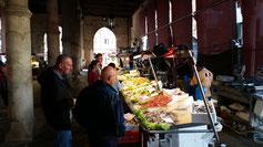 Um 12 Uhr reduzieren sich die Aktivitäten auf dem Markt...