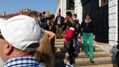 Auf der Rialtobrücke blockieren die Touristen die besten Plätze...