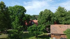 Blick aus dem Dachfenster der Dame links - sehr viel Grün...