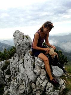 Edith genießt ihren gesunden Snack von knackig am liebsten in den Bergen
