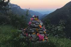 Blumengeschmückter Steinaltar im Abendlicht