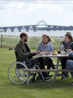 Stadtmobiliar mit Teilhabe-Öffnung für Rollstuhlfahrer aus HPL