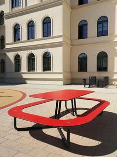 Tisch mit umlaufender Sitzbank aus HPL in rot für bis zu 12 Personen