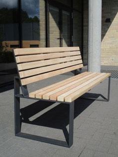 Mipos Sitzbank aus Holz und Stahl ohne Armlehnen