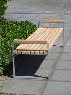 Mipos Hockerbank aus Holz und Stahl