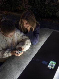 Stadtmobiliar aus HPL mit Solarpanel für Akkuladung unterwegs