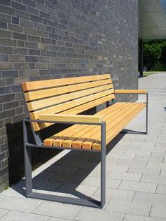 Mipos Sitzbank aus Holz und Stahl
