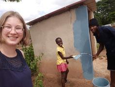 Gemeinsam mit MK habe ich den kleinen Schuppen blau gestrichen. Die kleine Mamee Yaa hat sich gefreut, als sie auch ein paar Bahnen streichen durfte.
