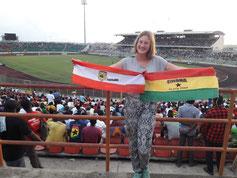 Letzten Freitag war ich im Stadion in Kumasi. Dort hat die ghanaische Nationalmannschaft gegen das Team von Kumasi gespielt. Ich konnte mich nicht entscheiden, für wen ich sein soll, also hab ich mich mit kleinen Fahnen von beiden Teams ausgestattet