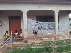 """Hier trinken wir Wasser immer aus 500ml Plastiktüten sogenannten """"Water Sachets"""". Durch ein anderes Projekt, in das der VNB Freiwillige entsendet, sind wir darauf gekommen, dass man daraus ein Fußballnetz knüpfen kann. Sonst landen die Tüten nur im Müll."""
