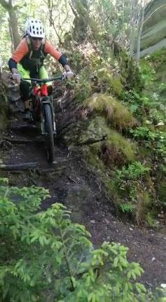 Passage unserer Endurotour Monschau. Links gehts ziemlich steil runter, sollte der Grip versagen :-)