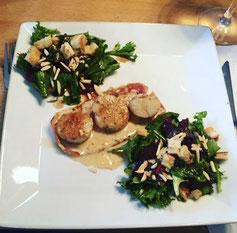 Jacobsmuscheln auf einem Baconstreifen und einer Noillypratsoße + Feldsalat.