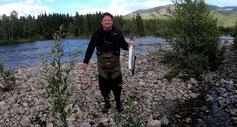 Lachse angeln in Norwegen, mittlerer Fluss, mit Blinkerrute