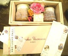 八代亜紀さんの陶芸品と花のコラボギフト