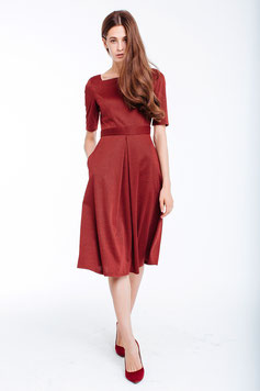 Tailliertes Kleid mit kurzen Ärmeln und ausgestelltem Rockteil, Farbe weinrot