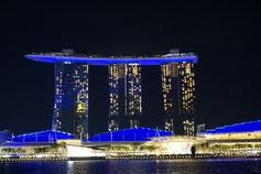 Berühmtes Marina Bay Sand Schiff Hotel mit drei Türmen in Singapur mit CAsino und dem besten Rooftop Pool der Welt mit Ausblick auf die Skyline.