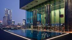 Hotel Icon Pool mit Ausblick auf Skyline von Hongkong in Kowloon.