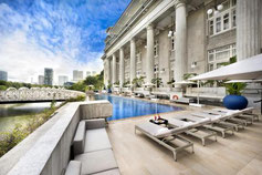 Klassisches Hotel in >Singapur mit gutem Ausblick von Hotelpool.