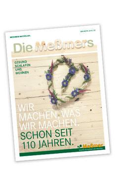 """Magazin """"Die Meßmers"""" – Titelseite mit herzförmigem Heukranz auf  Zirbenholz"""