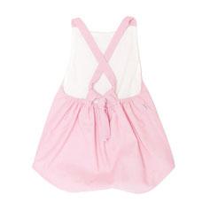 kurzer Sommerstrampler aus leichter rosafarbener Baumwolle und Rückenträgern zum Binden