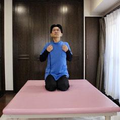 肘を後へ引いて肩甲骨を寄せます