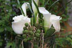 Blumengesteck mit weißen Rosen und Koniferen