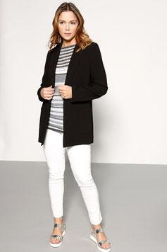 Un jean blanc associer à un blazer noir et un top rayé pour aller au travail, obtenez un look sport-chic (Éléna Miro)