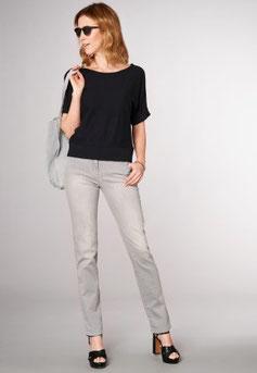 Jean gris clair, tshirt noir basic, sandales a talons noires (toni)