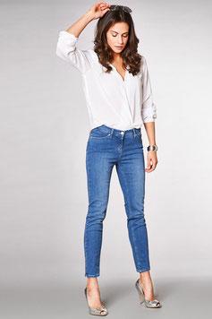 Tout simplement un jean avec une blouse blanche et des talons haut, on obtient un look féminin et glamour (Toni)